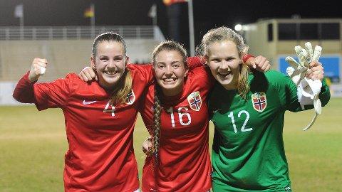 Tuva Hansen (f.v.), Maria Hiim og Oda Maria Hove Bogstad hadde grunn til å juble etter seieren mot Tyskland.