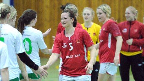 Dagens toppscorer, Marianne Mellemstrand Bore, takker for kampen og sesongen. I bakgrunnen Sikke Tjosevik, Gro Beate Hamre Stangeland og Ingeborg Bjorland Hansen.