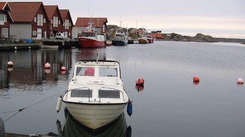 Det er stille og roleg i Sirevåg hamn no. Men her blir det liv og røre dersom tre-fire seglskuter ankrar opp i Vågen og mykje folk strøymer til. (Arkivfoto)