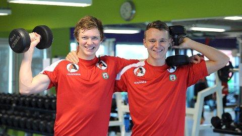 Pål Fjelde (t.v.) og Marius Lode viser muskler under torsdagens styrketrening. Søndag skal de vise muskler i Hønefoss.