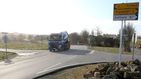 Slik ser det ut i Fossekrysset nå. Betongbilen kjører på fv. 505, vegen til venstre er Fossevegen og vegen til høgre er Grødemsvegen.