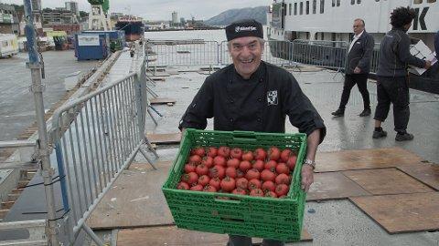 Tidligere Klepp-ordfører Elfin Lea var en av jærbuene som stilte på kaien i Sandnes klokka 06.30 i dag morges for å overrekke jærske grønnsaker og kjøttvarer til NRKs sommerbåt.