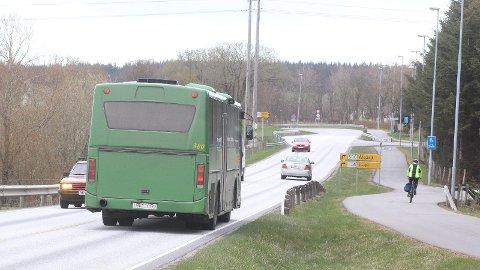 Mellom 1900-krysset og Lyefjell går det stadig bussar, men det er ingen offisiell buss-stopp. Av og til stoppar bussen, av og til ikkje.