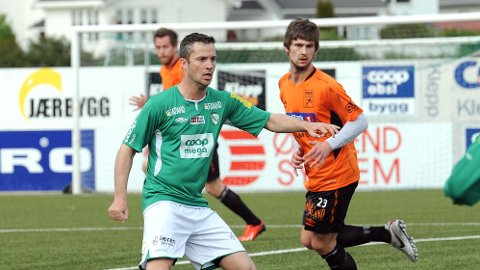 Spillende Klepp-trener Runar Andersen har ledet laget sitt til seks strake seire i 4. divisjon. Rosseland-spillerne er Ola Selliken og Aleksander Midtsian (bakerst).