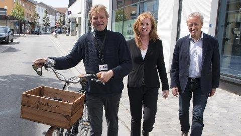 KINOPLASS: Leiaren i Brynebyen, Christian Stabel, (til venstre), føreslår kino i Torgsenteret. Senterleiar ved M44, Eli Ulveseter og næringssjef, Reidar Hebnes, er einige i at Bryne treng ny kino.