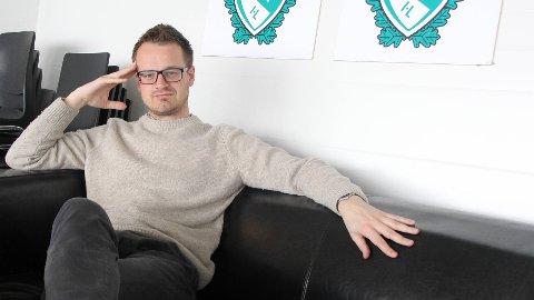 TÅLIG ROLIG:  Klepp-trener Jon Pall  Palmason i et avslappet øyeblikk i sofaen på Klepp stadion på en stille formiddag.