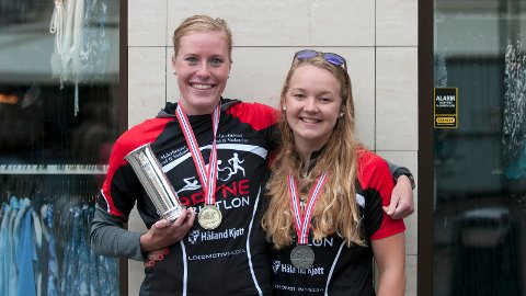 Lotte Emilia Miller (t.v.) med kongepokal og gullmedalje sammen med sølvvinner Karen Nygård Magnussen.