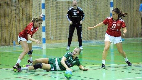 Julie Svendsen ligger nede her, men det var hun som var Varhaugs farligste angrepsvåpen. Kari Ann Røgenes Bjørnsen (f.v.), Ingeborg Bjorland Hansen og Aud Evy Nevland er tre av de mer rutinerte spillerne på Brynes lag.