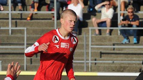 Erling Braut Håland fikk en knallstart på sin landslagskarriere. Her fotografert i debuten for Brynes andrelag i 3. divisjon i sommer. På tribunen, helt til høyre, ser vi far Alf-Inge Håland.