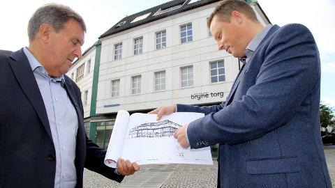 INTERESSERT:Reinert Kverneland (t.v.) lova å sjå på planane som Rune Erga overrekte han.