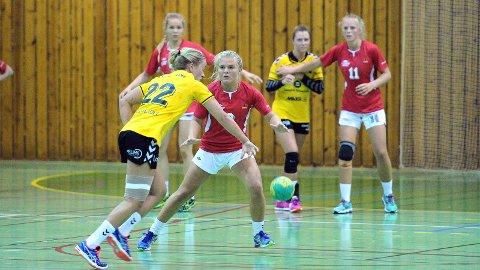 Ingrid Hove (fremst), Maren Gabrielsen (t.v.) og Stina Øen var tre av syv 98-modeller som avsluttet kampen mot Sola.