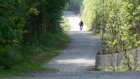 Fredag føremiddag var det stille på turvegen langs Frøylandsvatnet. Men kommunen får tilbakemeldingar frå folk som kvier seg for å gå her på grunn av treningssykling.