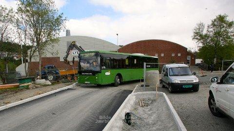 TRANGT OM PLASSEN: Bussene har hatt problemer med å komme frem i Sentervegen på Lye.