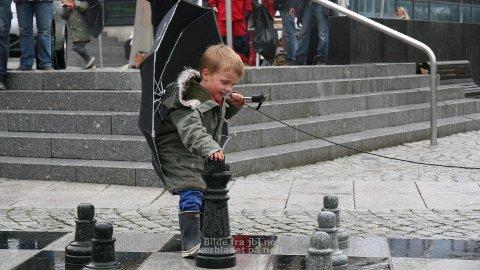 I SJAKK: Jo Hana klarte å handtera både sjakkbrikka og paraplyen.