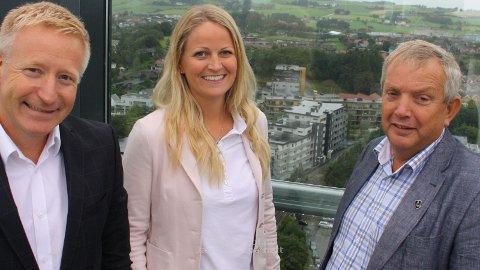 RAPPORT: Harald Minge (t.v.) , adm. dir i Næringsforeningen i Stavangerregionen, presenterte rappporten om dobbeltsporet saman med Ane Mari Braut Nese, ordførar i Klepp og Mons Skrettingland, ordførar i Hå.