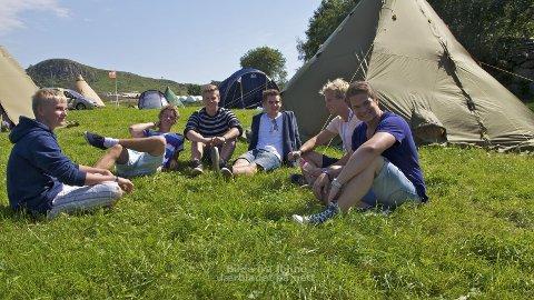 Noen av guttene bor i telt, mens andre i bor i bobil og hytter i området. Fra venstre Andreas Tunheim, Benjamin Sirevåg, Andreas Vold, Lars Martin Lindland, Lars Aarseth og Johan Hølland.