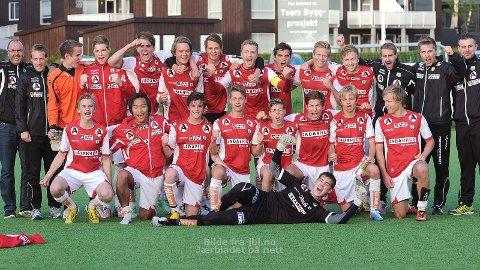 En svært fornøyd Bryne-gjeng poserer for fotografen etter seieren mot FK Haugesund.