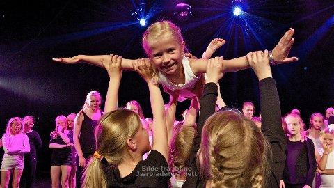 LØFTET: Mot slutten av filmen får danseparet endelig til det høye løftet. Sju år gamle Mari Vold synes ikke det er så vanskelig å sveve.