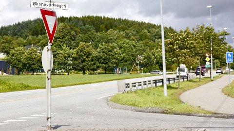 SKAL BLI TRYGGERE: I rushtiden oppstår det farlige situasjoner i krysset mellom fylkesveg 44 og Øksnevadvegen i Klepp. Nå vil vegvesenet bygge rundkjøring og to nye underganger.