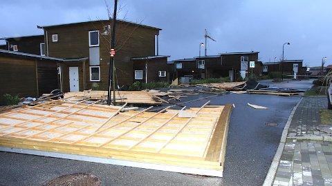 Stormen har rive av eit tak frå dei nye husa i Kong Haakons veg på Bryne.