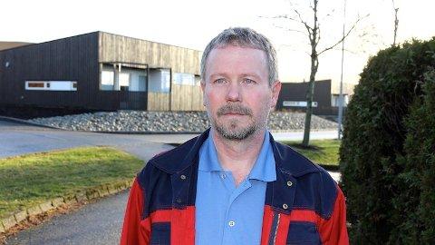 Asbjørn Fuglestad har teke opp problem med festing og mykje bruk av alkohol ved omsorgsbustadane på Kvernaland. Han er far til ein av dei som har budd der.