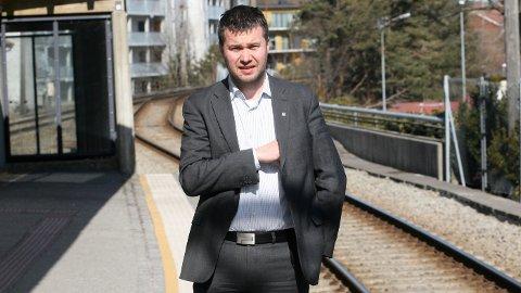 Stortingsrepresentant Geir Pollestad (Sp) spør samferdselsministeren om perronger på Jærbanen.