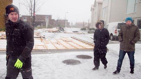 TAKLØSE: Odd Tunheim (fremst), Ingvild Egeland og Kristian Knudsen er uten tak etter stormen torsdag. Taket på tre hus i Eivindholen ligger fredag morgen på bakken.