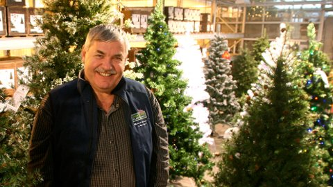 Jærbuen handler mest kunstige juletrær fra 3.500 til 10.000 kroner. Egil Horpestad tror salget vil vokse i årene fremover.