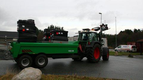 OMVEG: Her trillar traktoren med den dyrebare fyrverkerilasta mot Sandtangen.