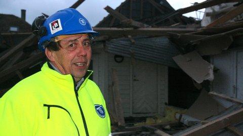 ROSLAND: Willy Erga på Rosland i Klepp har litt av ein oppryddingsjobb å gjera når vinden løyar.