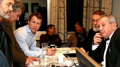 Jonas Skrettingland (KrF) (t.v), kommunalsjef Rolf Einar Ree, plansjef Ole Vikse, konstituert rådmann Harald Berglie og ordførar Mons Skrettingland (H) diskuterer under kommunestyremøtet 16. januar. Bak kommunalsjefane Ragnvald Riis og Vigdis Monsen Austal.