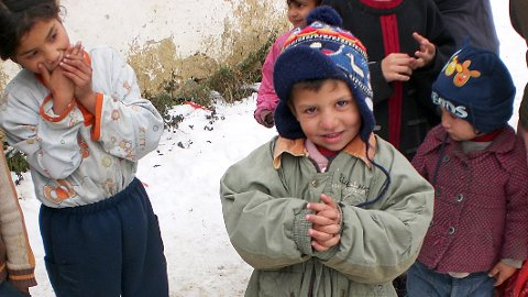 Vinteren kan vera røff for dei små. Nå vil KPK Ukraina samla inn barnevottar til kalde, små hender. (Privat foto)