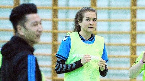Therese Nordbø på mandagens Bryne-trening. I forgrunnen trener Jo Svendsen.