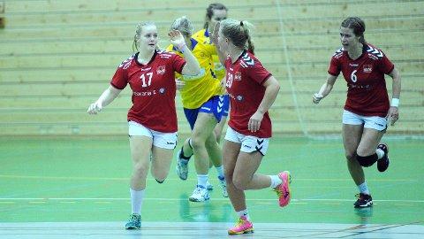 Kristiane Knutsen (t.v.) og Kari Ann Røgenes Bjørnsen var Brynes toppscorere med åtte mål hver. Ingrid Hove (i midten) scoret fem mål fra sin strekposisjon.