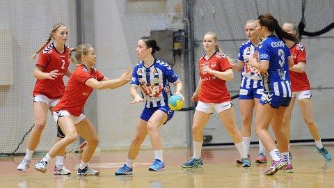 Nærbø-spillerne Silje Gausland (med ballen), Stine Olseth og Birgit Egeland Roda prøver å mot et ungt Bryne-forsvar bestående av Stina Øen (f.v.), Maren Gabrielsen, Kristiane Knutsen og Silje Ajer Lunde.