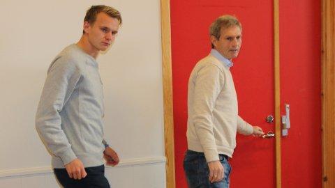 Bryne-trenar Gaute Larsen (t.h) har hatt tett dialog med Marius Lode både før og etter pressekonferansen på Bryne stadion i går.