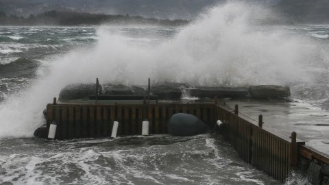 [b]Ekstremvær:[/b] Høye bølger og kraftige vindkast kan gjøre det farlig å oppholde seg ute på fredag.