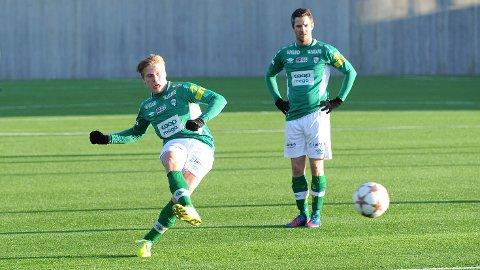 Sanel Bojadzic (t.v.) scoret begge Klepps mål mot Bogafjell. Her følger trener Runar Andersen med på at 17-åringen tar frispark tidlig i kampen.