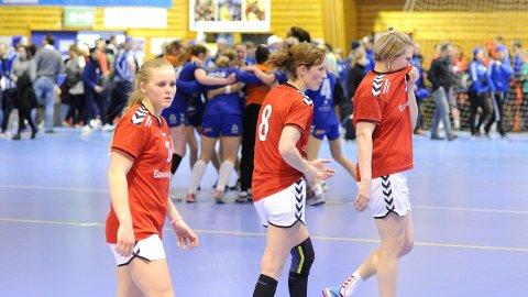 Kristiane Knutsen (f.v.), Hanne Veronika Stava Giske og Gro Beate Hamre Stangeland depper, mens Pors jubler for seier i bakgrunnen.