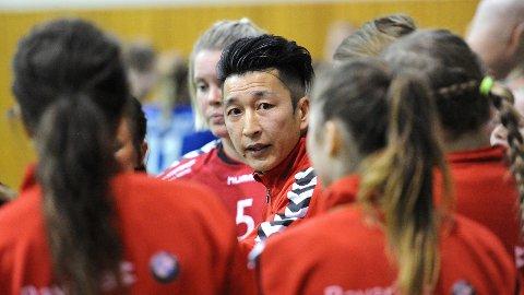 Bryne-trener Jo Svendsen ...... I bakgrunnen Gro Beate Hamre Stangeland.