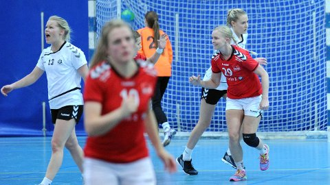 Julie Svendsen (t.h.) feirer scoring sammen med Kari Ann Røgenes Bjørnsen, som er delsvis skjult bak Ann Mari Undheim (i forgrunnen).
