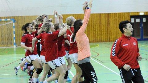 Bryne-spillerne tar bølgen for å feire førsteplassen. Til høyre trener Jo Svendsen.