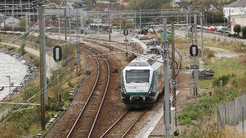 Dobbeltspor på Jærbanen – i første omgang frå Nærbø til Sandnes – er eitt av dei største transportprosjekta som er under planlegging på Jæren. Her er toget ved Klepp stasjon. (Arkivfoto: Åge Bjørnevik)