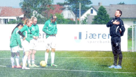 Jon Pall Palmason soler seg i den islandske glansen, mens Maria Min Xiu Sørenes (f.v.), Birte Svines, Karoline Surdal og Lena Soleng Hansen blir spylt av vanningsanlegget på Klepp stadion.