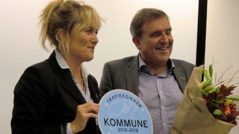 Her leverer  Ingrid Lea Mæland, distriktsleiar i Trygg Trafikk, skiltet som syner at Time er trafikksikker, til ordførar Reinert Kverneland.