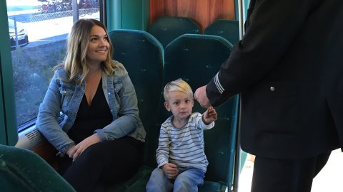 Famiiler reiser med én billett på Jærbanen i helgene fram til nyttår.