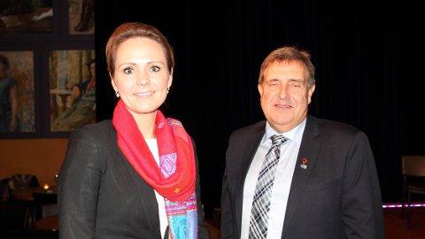 Kulturminister Linda Hofstad Helleland (H) og Time-ordførar Reinert Kverneland (H) under tildelinga av prisen til årets nynorskkommune.