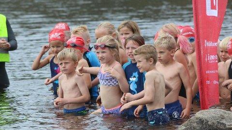 KLARE TIL START: Aldersgruppa 6-8 år er i vatnet. Dei starta med 50 meter symjing på grunna i  Melsvatnet.