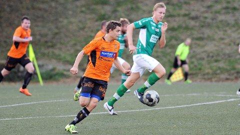 Kristian Heimdal Magnusson i farten for Rosseland mot Klepp i sommer. Klepp-spilleren er Eirik P. Vesthovde, som i likhet med Magnusson blir å finne på «Jæren FK» mot Bryne torsdag. Bak til venstre Rosselands toppscorer, Sam Danby.