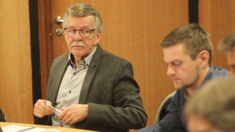 – De må ikkje gå til val på noko de ikkje meiner noko med, sa Arne Madland (Frp) retta mot Roar Lima Grødeland (Sp) (til høgre).